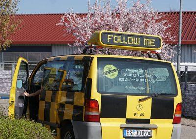 Follow-me-Fahrzeug vom Flughafen Stuttgart